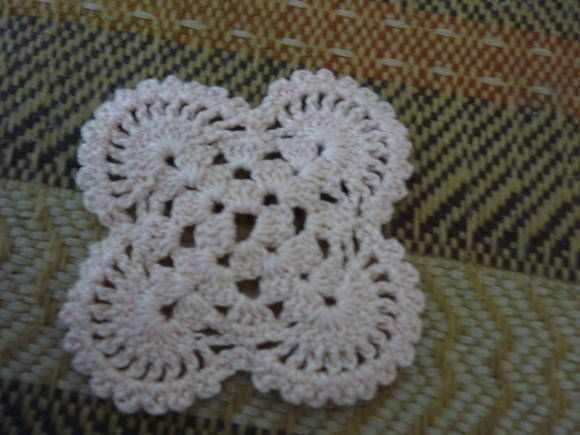 Flor de Crochê  Ideal para fazer aplicações em tecidos e artesanato em geral  Cores Variadas - a escolha do cliente  1 dia é o tempo para produzir 5 flores.