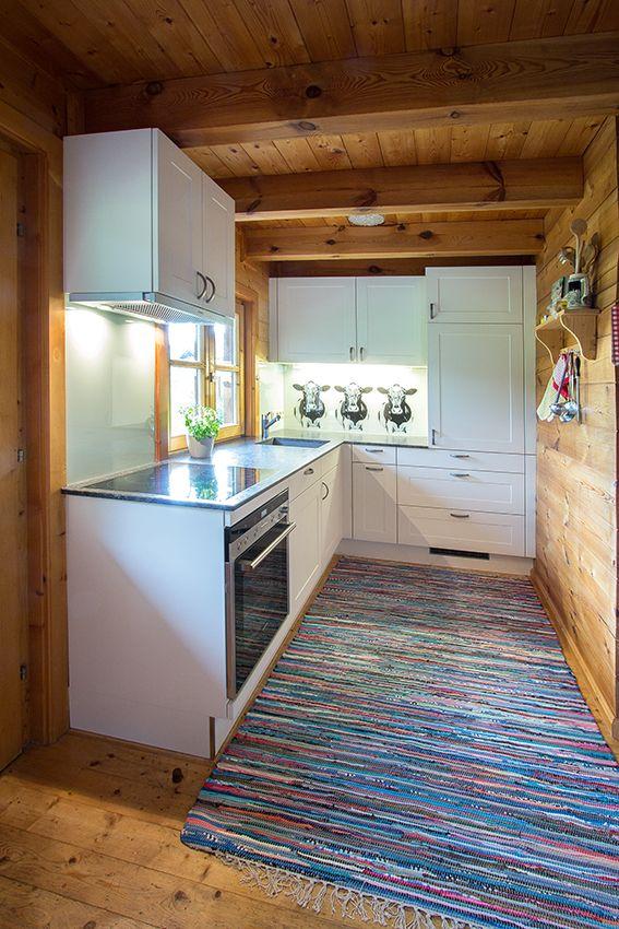 Küche in einem Holzhaus, weiß hochglänzend, Rückwand mit Kühen - rückwand für küche
