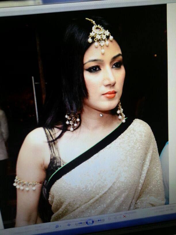 596850a1 Nikunj Malik   Telewood   Jewelry, India people y Saree