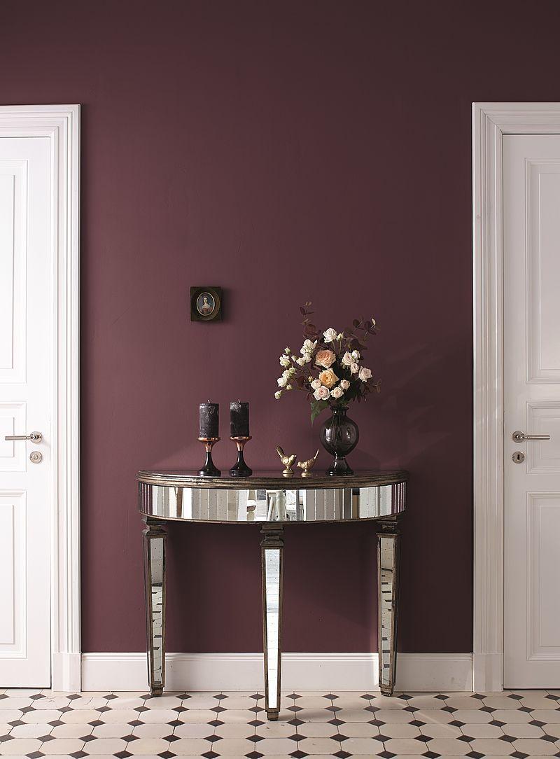 Mit opulenten Violettnuancen wird der Eingangsbereich zum schicken