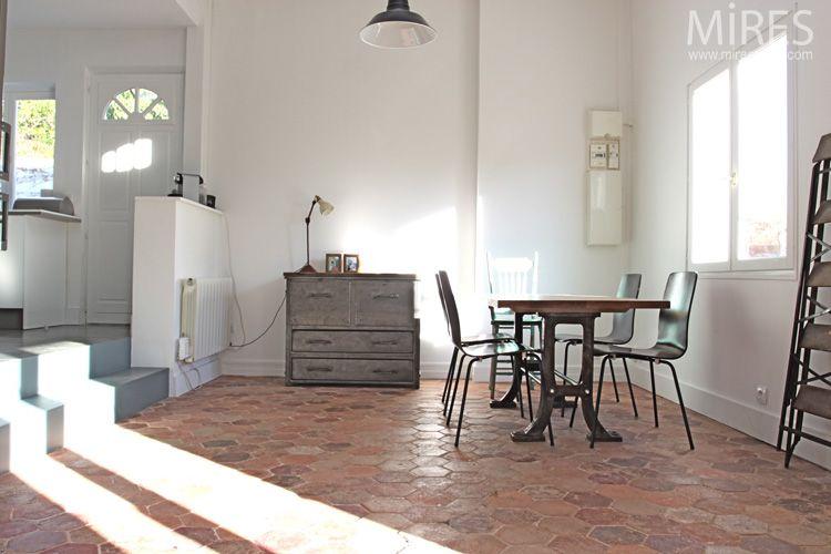 tomettes mobilier vintage et murs blancs c0671 mires paris sol pinterest tomette murs. Black Bedroom Furniture Sets. Home Design Ideas