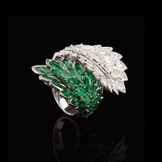 0914b76f2daac Anel em ouro branco com esmeraldas e diamantes Frattina.   Jóias ...