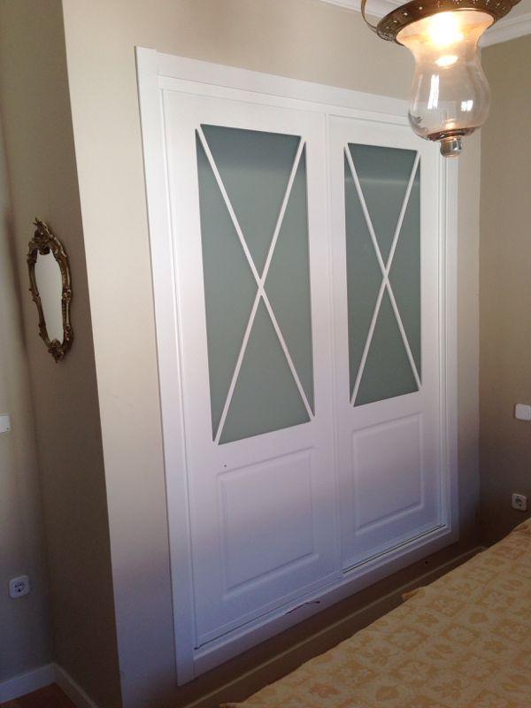 Frente de hojas correderas lacadas en blanco con aspas y for Armario de pared con entrada equipada