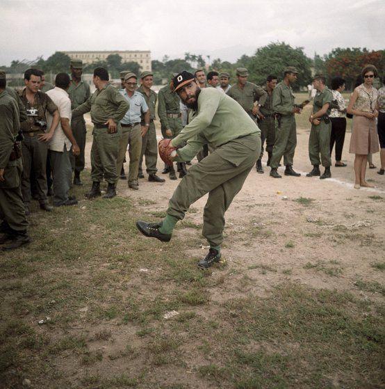 Fidel Castro: Life in Pictures #cubanleader Fidel Castro, Politiker, Staatsratsvorsitzender, Kuba - beim Baseball #historyofcuba