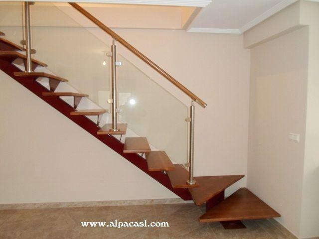 Escalera de estructura metálica con eje central, pasos en madera ...
