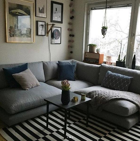 grå soffa vardagsrum