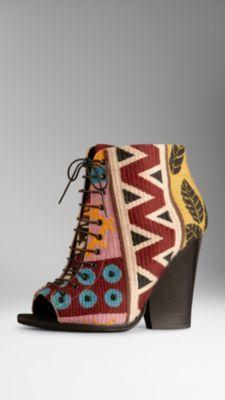 1580bf58f Botas de cano curto peep-toe em tapeçaria