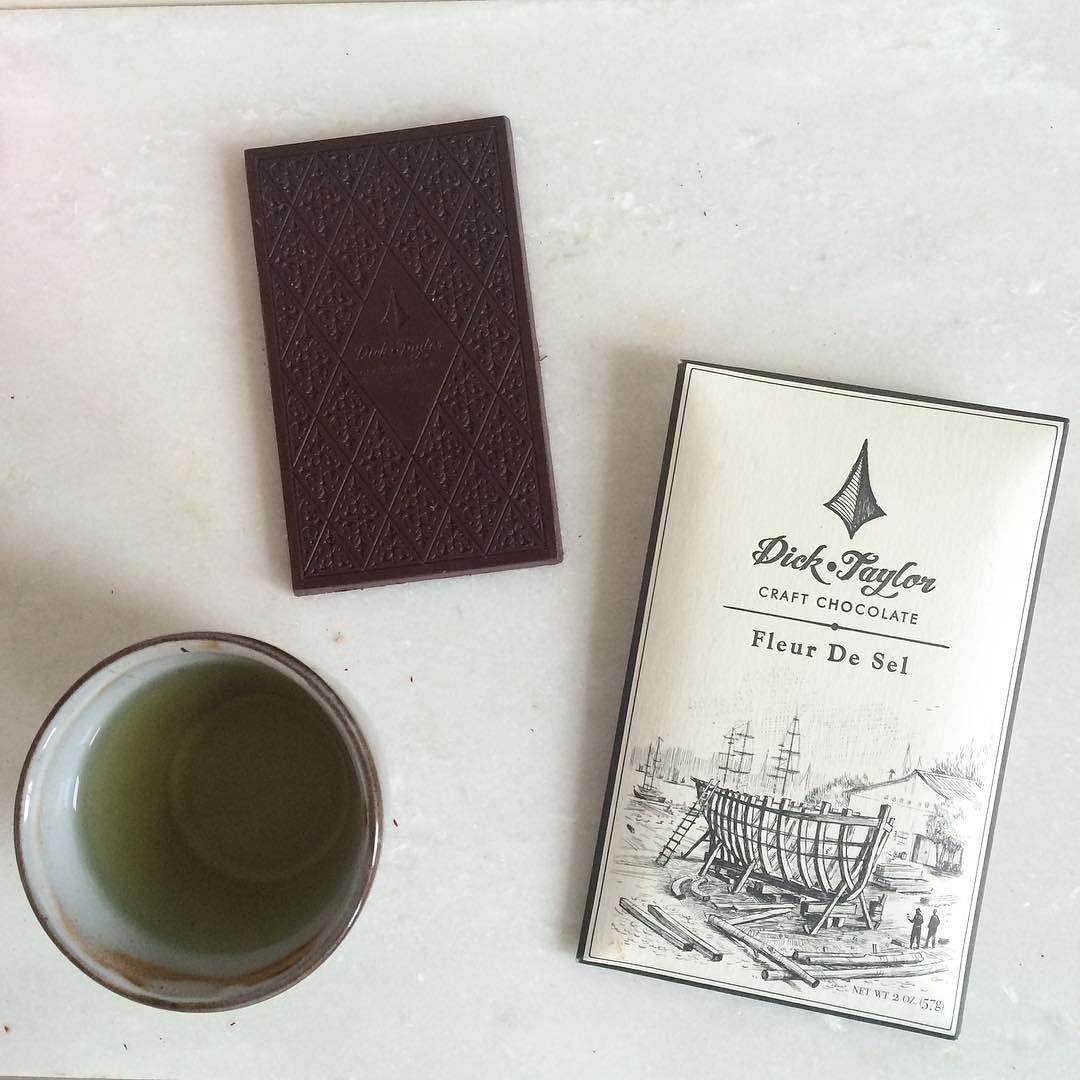 Ontspannende ochtend op de Andere Chocolade HQ met een kopje thee en deze fantastisch mooie reep van @dicktaylorchocolate. Duidelijk een reep in de categorie: te mooi om op te eten. Al gaat hij er nog wel aan later vandaag.. Love me some fleur de sel in my !  #beauty #schoonheid #lekkerding #chocola #thee #goodidea #anderechocolade #chocoladeverzekering #instagood #tranquilo #speciaal