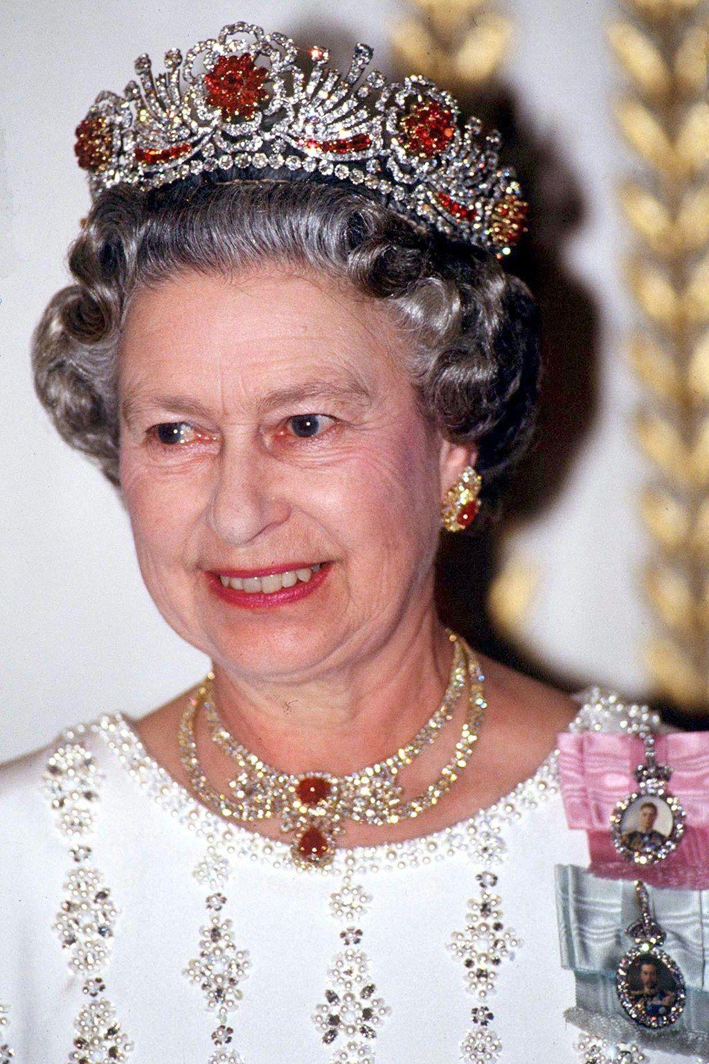 Queen Elizabeth II's jewelry in 12 extraordinary pictures | Queen ...