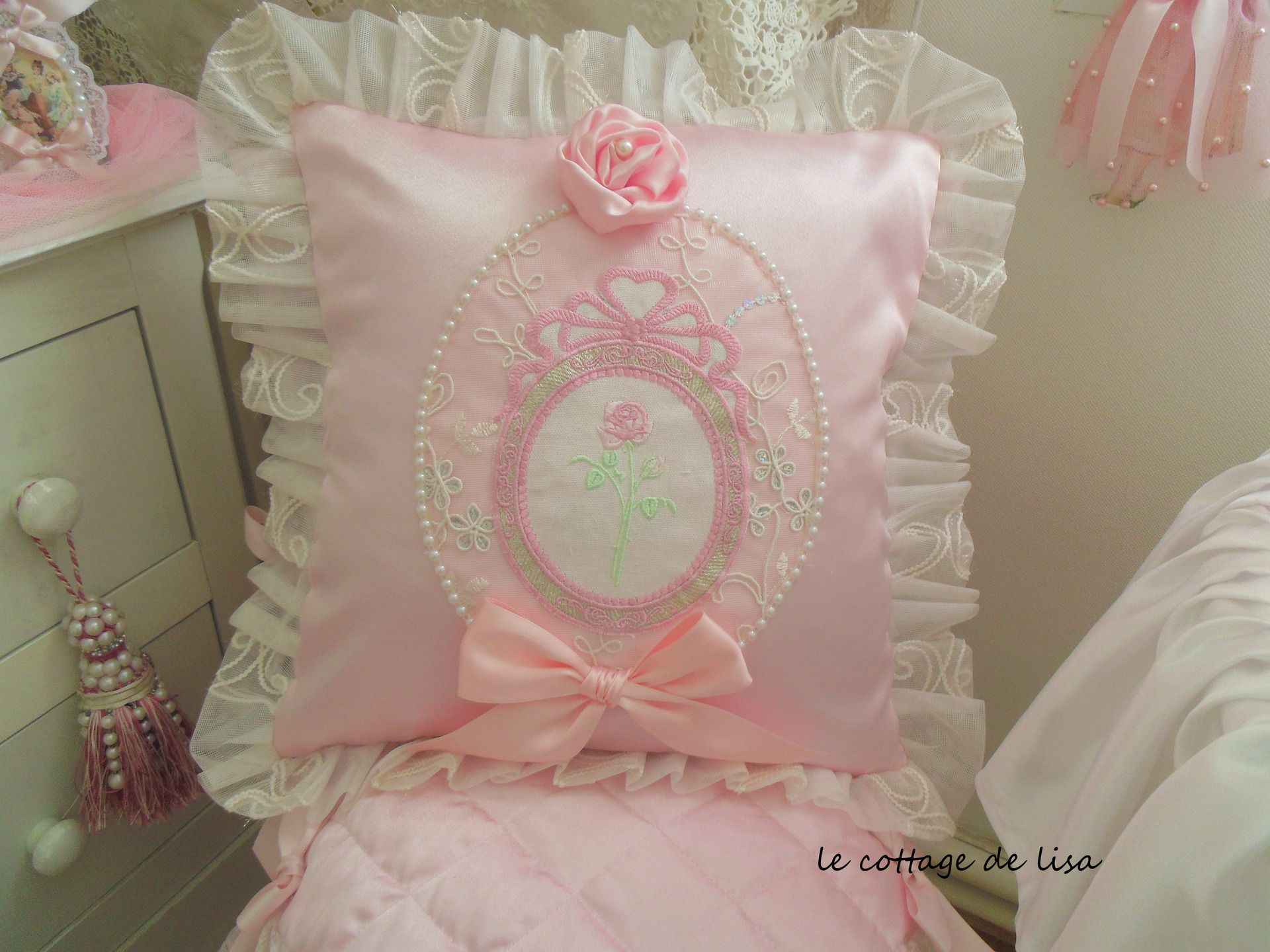 coussin shabby chic en satin de soie rose empreint de romantisme textiles et tapis par. Black Bedroom Furniture Sets. Home Design Ideas