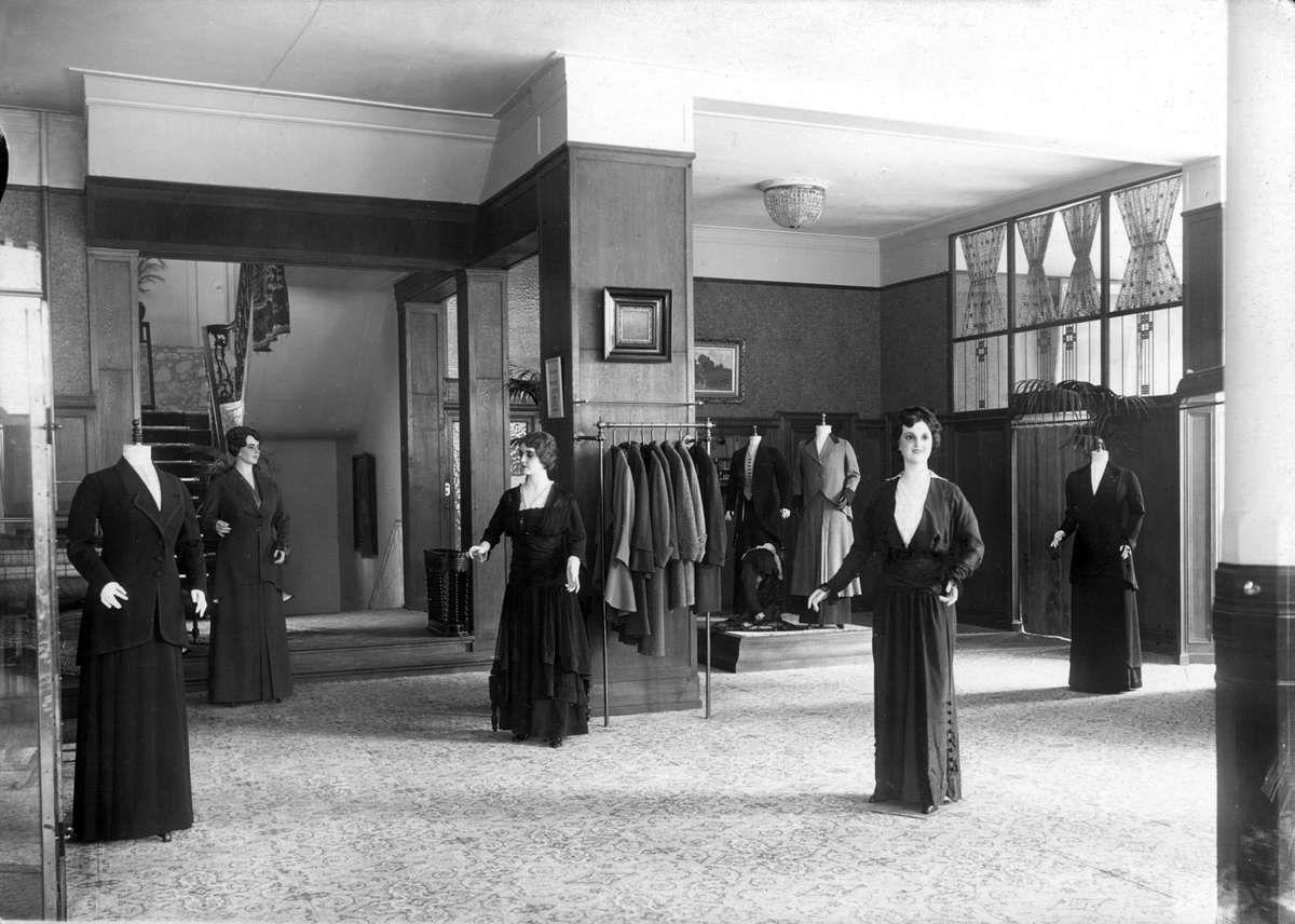 Amsterdam 1915 Damesafdeling met paspoppen in modezaak Broekmans op het Koningsplein te Amsterdam.1915.