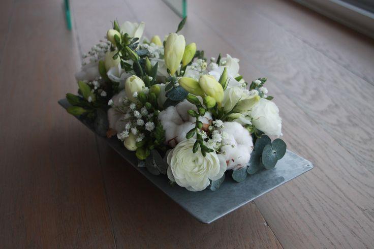 composition d 39 hiver piqu e sur mousse florale renoncule freesia lisianthus gypsophile. Black Bedroom Furniture Sets. Home Design Ideas
