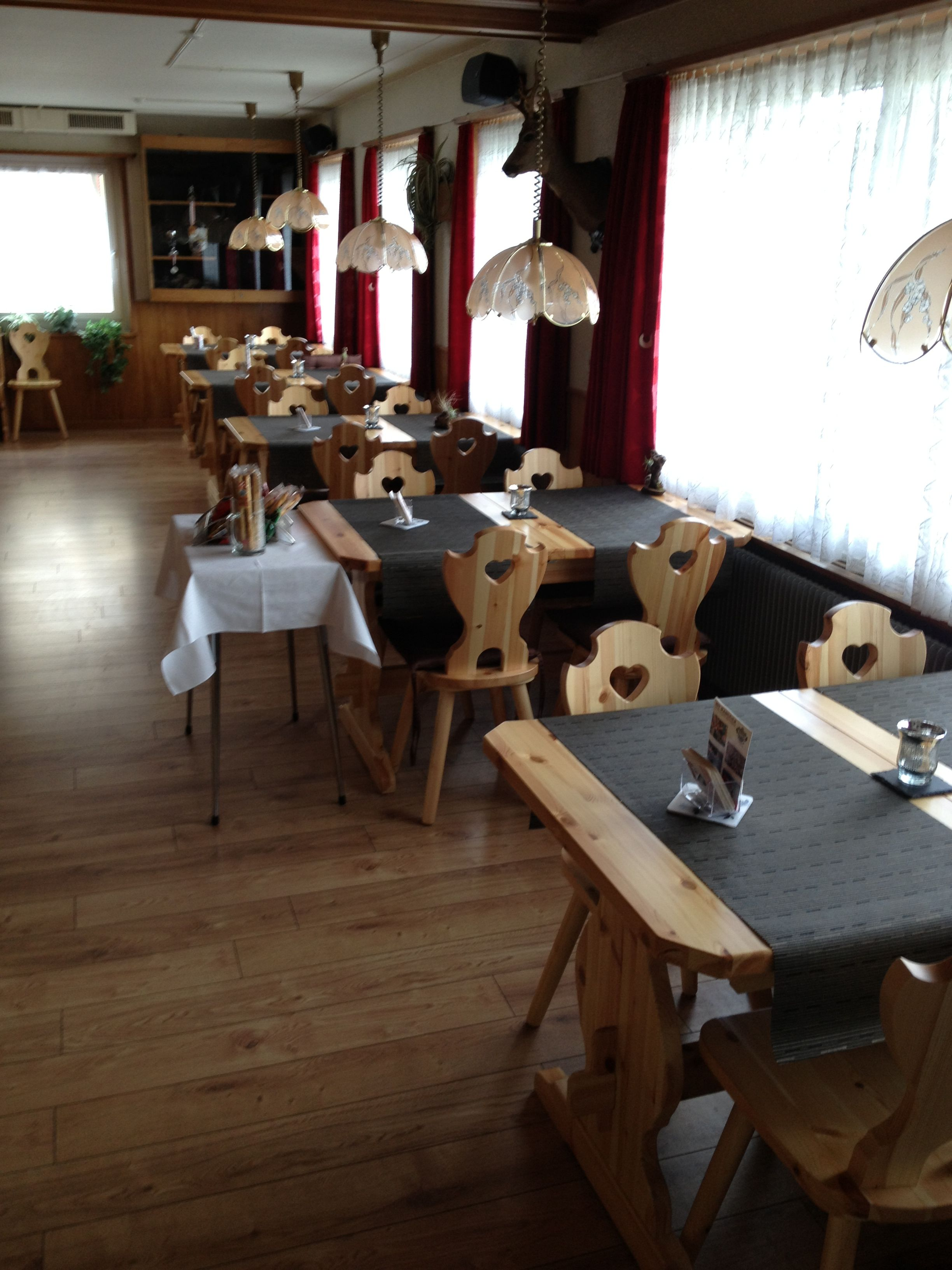 Arredo rustico con sedia cuore e tavolo fratino l for Arredamento sala ristorante