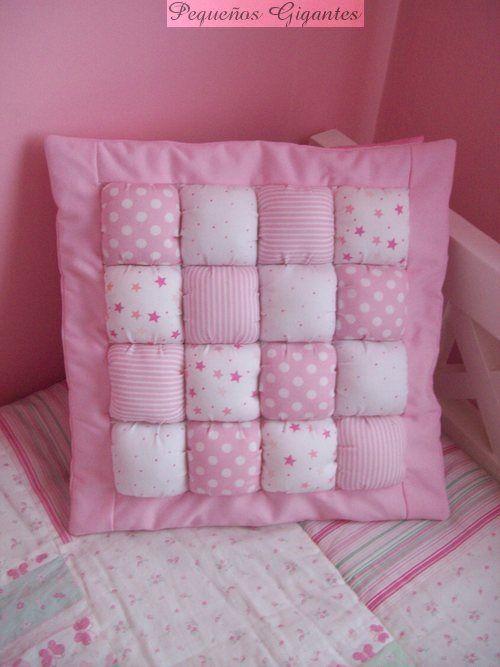 Diversa variedad de almohadones: bordados y con formas.