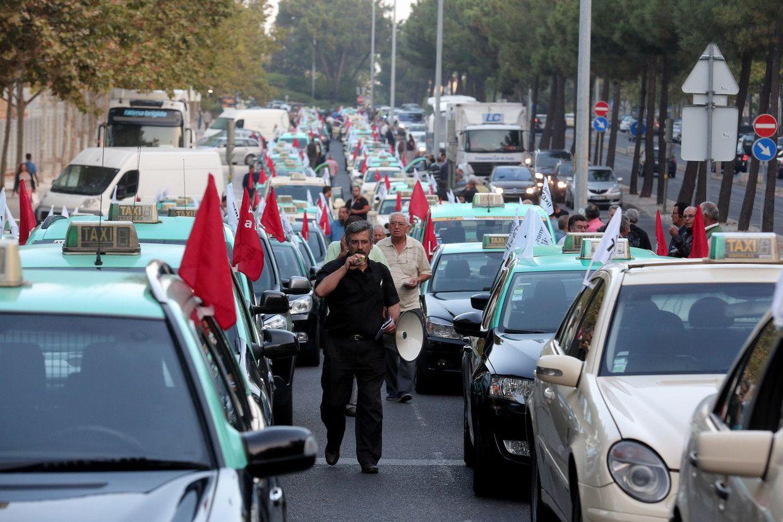 Visão | Após reunião sem acordo, taxistas dizem que não arredam pé do aeroporto