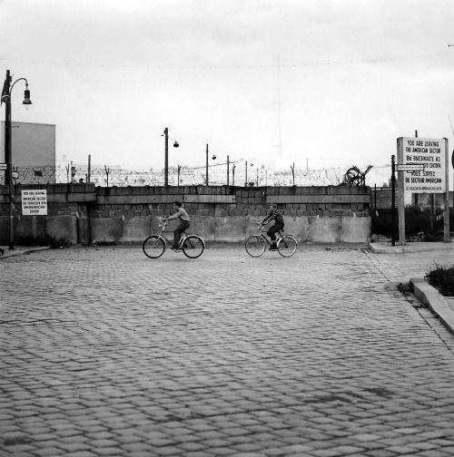 Berlin | Geteilte Stadt. Berliner Mauer. Stallschreiberstraße Ecke Alexandrinenstraße, Kreuzberg, 1964. Die Mauer steht seit drei Jahren
