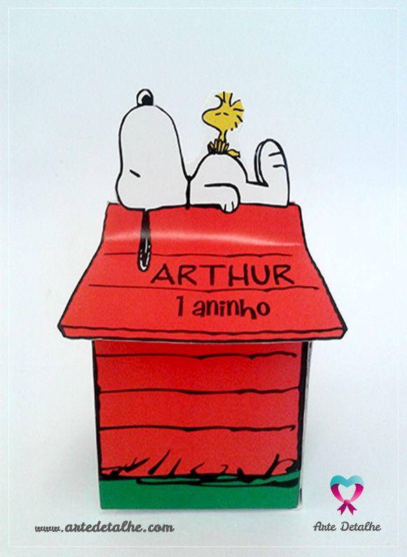 Caixinha surpresa para lembrancinhas em formato de casinha do Snoopy. Personalizada com o nome do aniversariante. Encomende em www.artedetalhe.com ou contato@artedetalhe.com