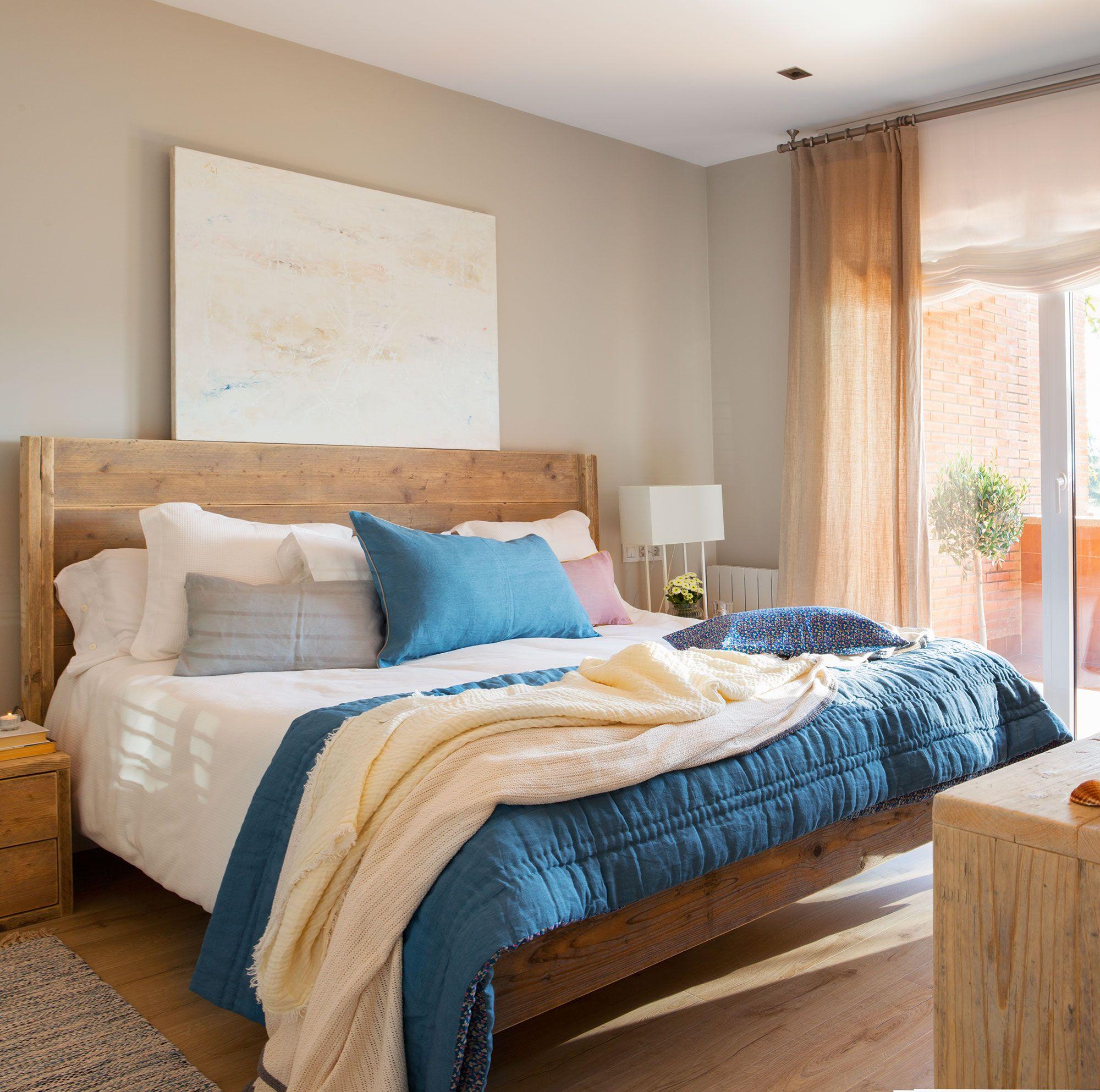 En la cama Cama de madera reciclada de Sacum. Edredón azul y ...