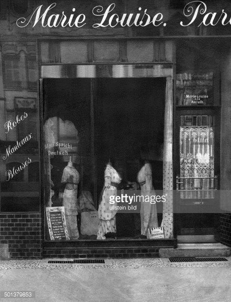 Berlin ladies' wear store of Marie Louise née Anouilh Shop window with dresses 1913 Published by 'Die Praktische Berlinerin' Nr 40/1913