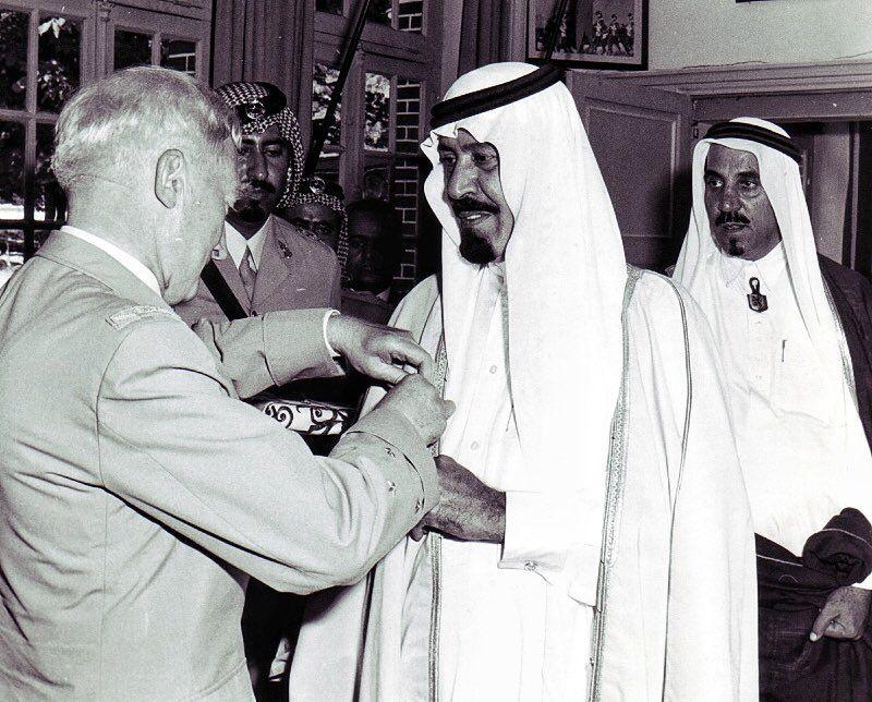 الامير عبدالله بن عبدالعزيز ال سعود في قاعة الشرف مع وزير الدفاع الفرنسي في مدينة اورليانز 1973م Saudi Men Face Art Ksa Saudi Arabia