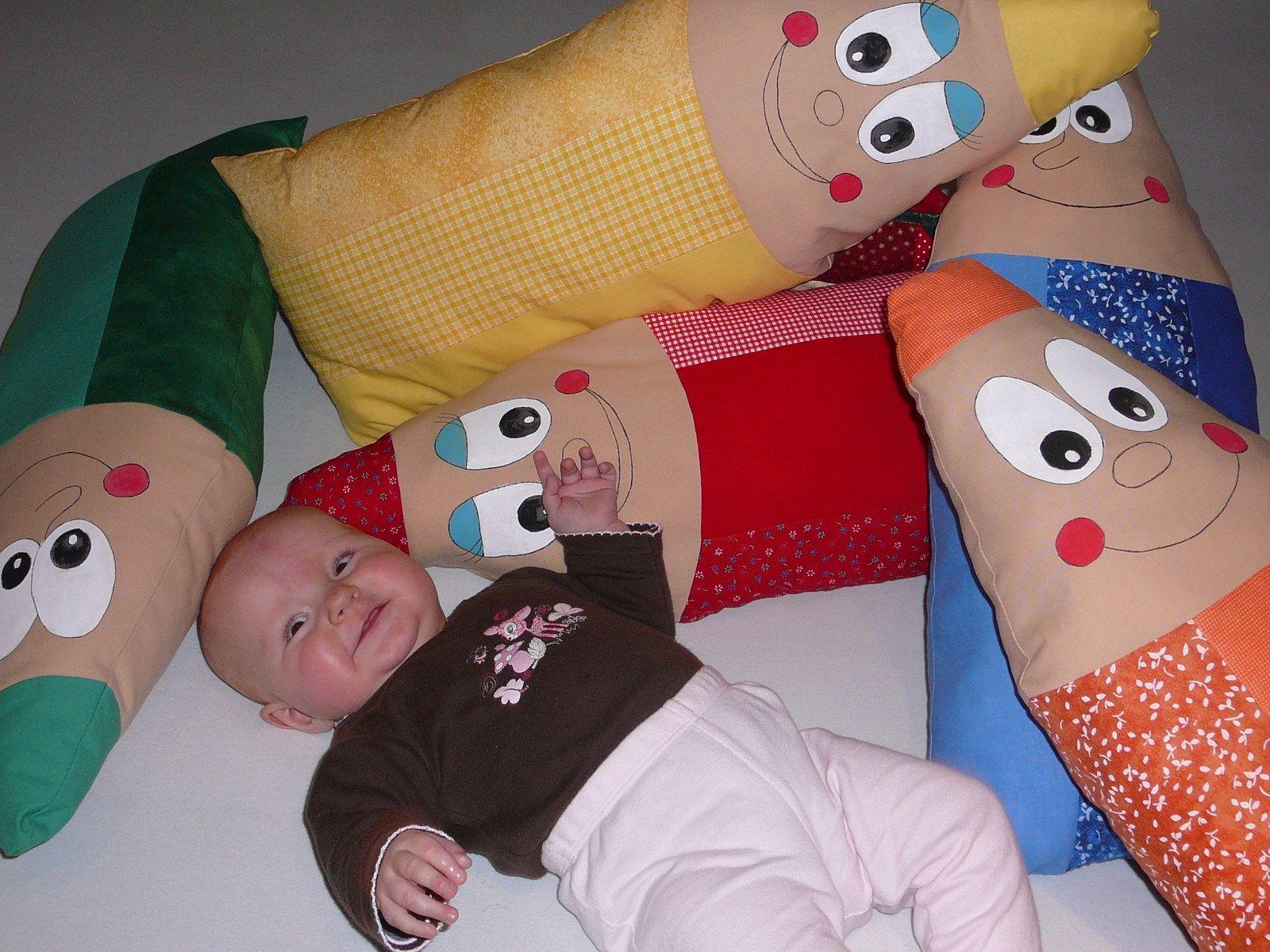 Barevné pastelky - červená Barevné polštářky nejen pro děti ve tvaru pastelky. Dětem mouhou sloužit také jako netradiční hračka.  Polštářky jsou ušity z českých a zahraničních bavlněných látek, vyplněny dutým vláknem. Obličej je namalovaný textilními barvami. Polštářky jsou pro vás připraveny v červené, žluté, oranžové, modré a zelené barvě. ...