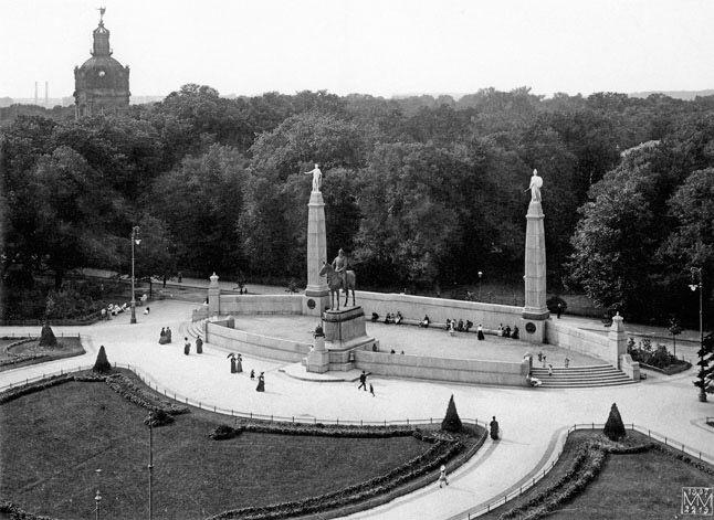 Luisenplatz Mit Dem Kaiser Friedrich Denkmal Im Hintergrund Das Schloss Charlottenburg Berlin 1907 O P Historische Fotos Berlin Europaische Geschichte