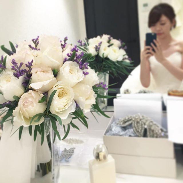 Le bouquet mis en scène et son reflet dans le miroir.