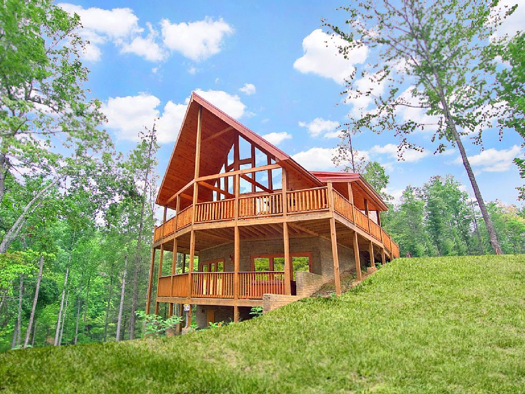 4 Bedroom 4 5 Bath Luxury Cabin With Home Theater Room And Sauna Gatlinburg Vacation Home Gatlinburg Cabin Rentals Cabin Hot Tub