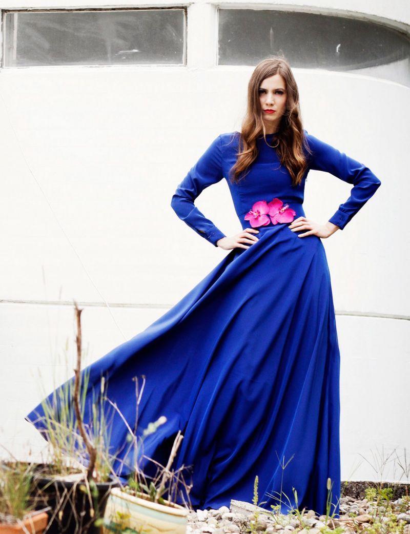 f6077062a vestido largo fiesta azul klein con escote en la espalda de arimoka