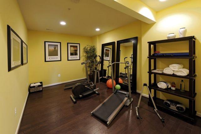 Fitnessraum wandgestaltung  ideen-kleiner-fitnessraum-zuhause-holzboden-gelbe-wandfarbe ...