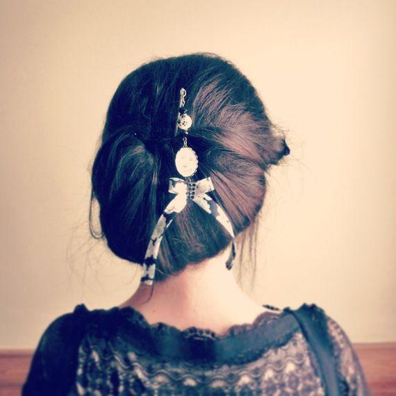 Pic à chignon noeud japonais et biais liberty noir et blanc, illustré  portrait de Geisha