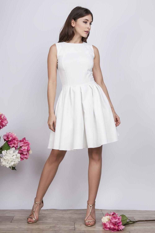 acfce6e6d9 Skromna i pięknie układająca się sukienka mini z ozdobnym koronkowym  żabotem wzdłuż zamka na plecach -