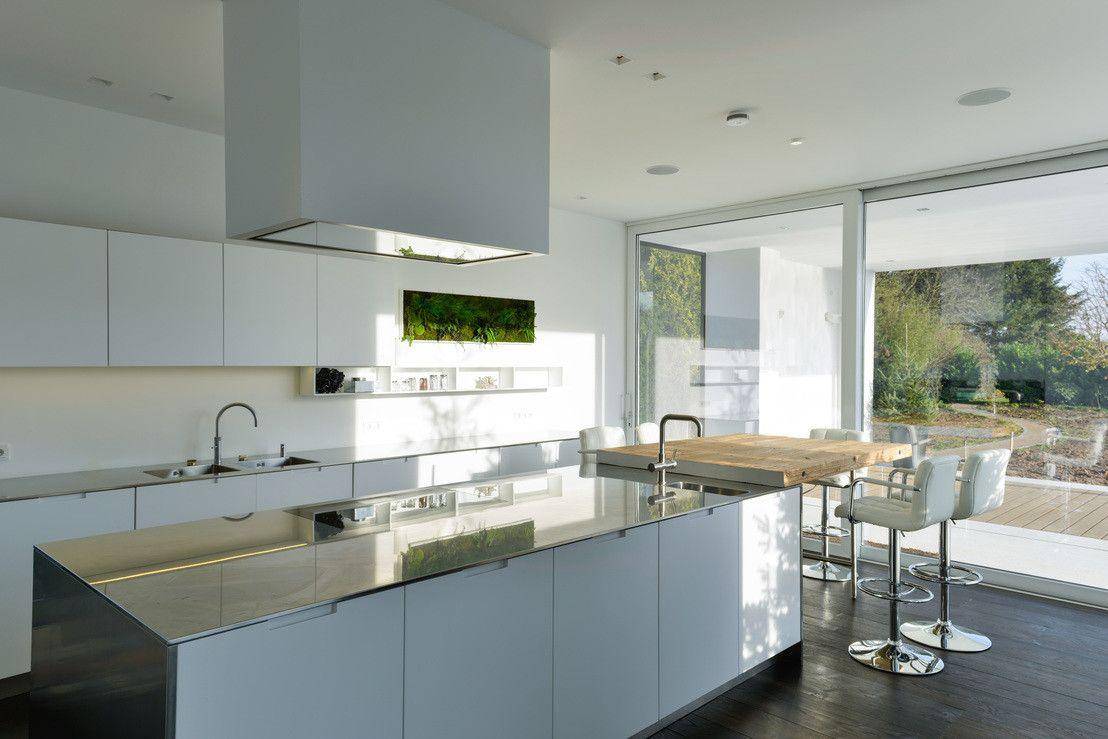 Moderne Villa mit verrücktem Balkon   Küchen modern, Moderne küche ...