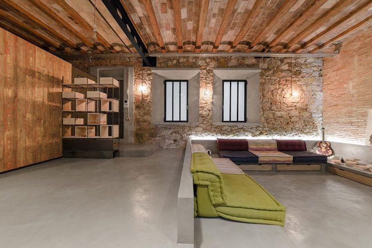 wohnzimer im loft stil mit betonboden und klinkerwänden, Wohnzimmer