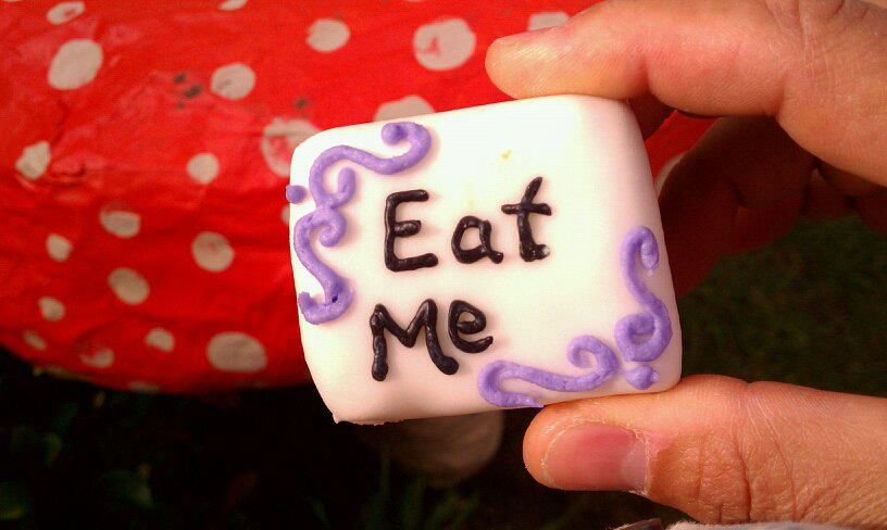 Alice In Wonderland mini cakes. Bake a sheet of cake, cut into small squares, fondant and decorate!