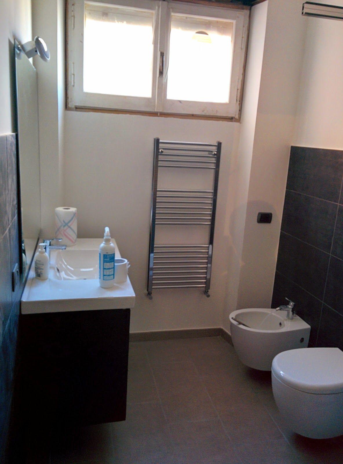 bagno secondario con rivestimento a parete a media altezza in gres porcellanato effetto lavagna ...