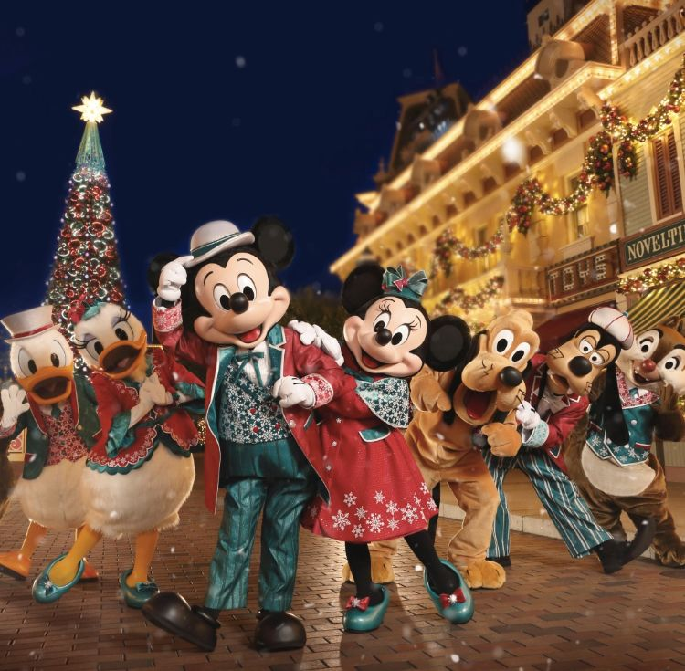 Enjoy Christmas In July With These Holiday Scenes From Around The World In 2020 Disney Christmas Christmas In July Disney Desserts
