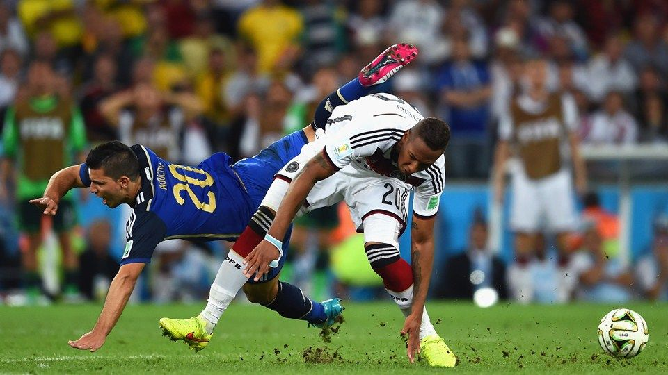 Sergio Aguero of Argentina and Jerome Boateng of Germany collide Sunday, 13 July 2014 RIO DE JANEIRO, BRAZIL - JULY 13: Sergio Aguero of Argentina and Jerome Boateng of Germany collide during the 2014 FIFA World Cup Brazil Final match between Germany and Argentina at Maracana on July 13, 2014 in Rio de Janeiro, Brazil.  (Photo by Matthias Hangst/Getty Images)   www.dribblingman.com
