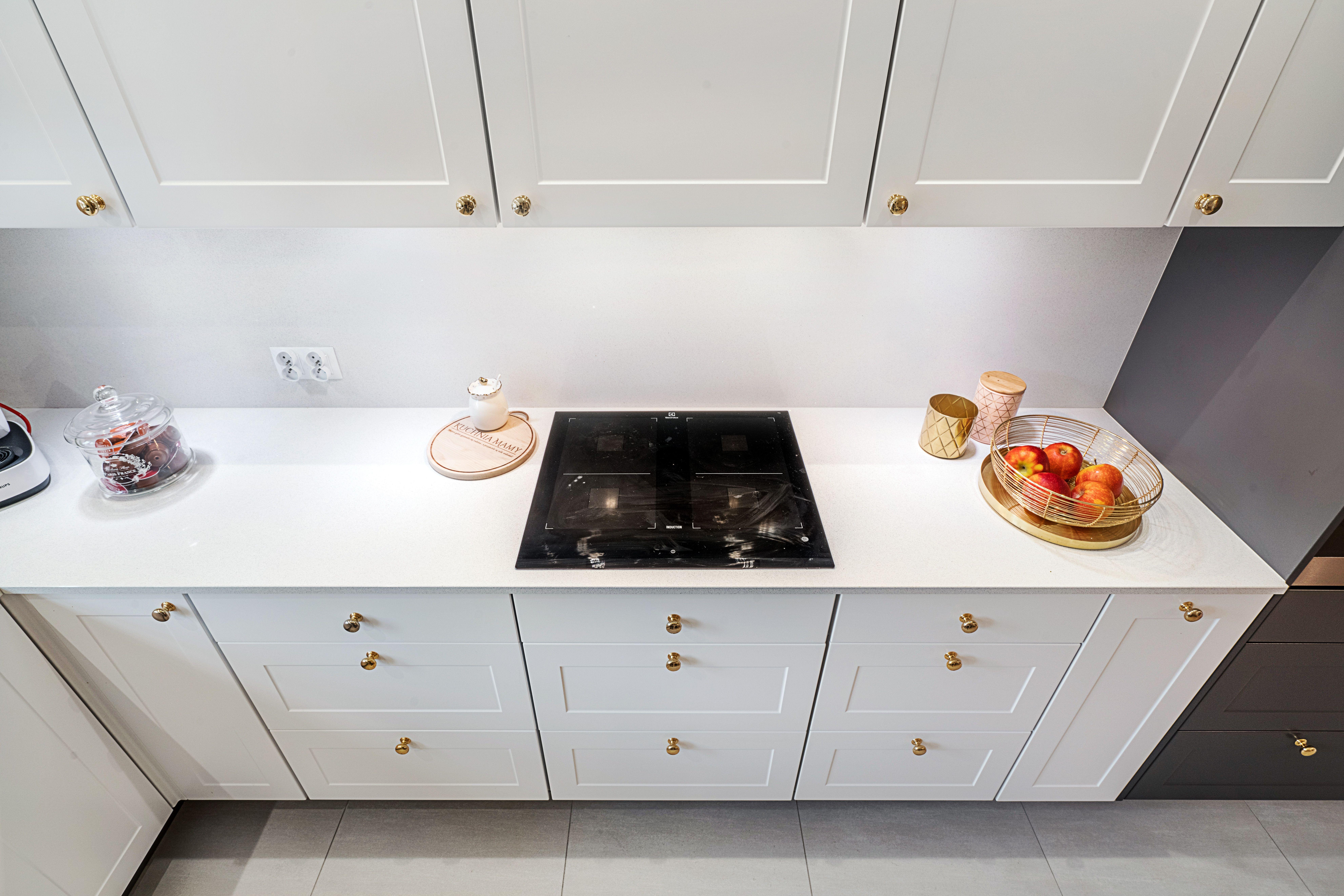 Klasyczna Kuchnia Zyskala Na Nowoczesmosci Dzieki Uchwytom W Kolorze Zlota Oraz Dodatkom Rowniez W Tym Kolorze Bialemeble Bia Decor Kitchen Kitchen Cabinets