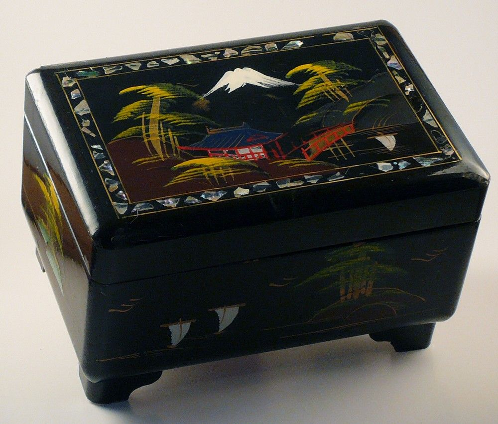 Lacquer box in beautiful condition.