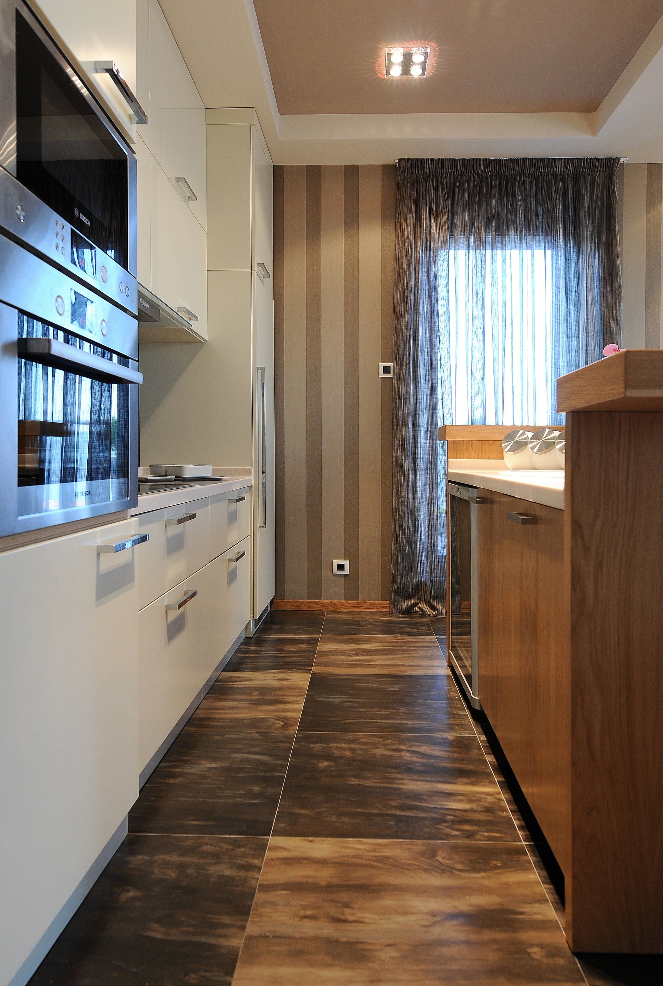Nowoczesna Biala Otwarta Kuchnia Kolor Szafek Pieknie Komponuje Sie Z Ciemna Elegancka Podloga Obecna Brazowa Wyspa Ku Brown Kitchens Open Kitchen Kitchen