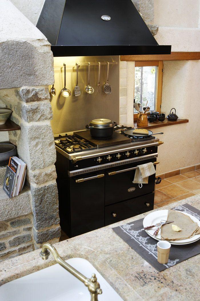 Cosker Creation Artisanale Au Style Rural Cuisine Bretonne En Chataigner Granit Piano Et Hotte L Cuisine Artisanale Cuisine Bretonne Cuisine Contemporaine