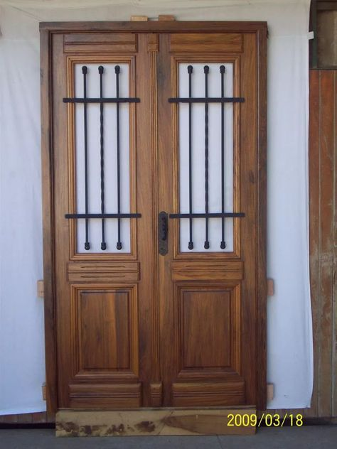 Puerta doble de madera colonial estilo antigua for Puerta de madera doble estilo antiguo