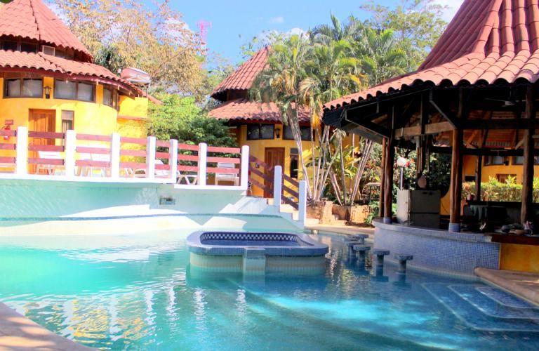 Costa Rica, Playa Tamarindo: Luna Llena Hotel er et farvestrålende, familiedrevet hotel i italiensk stil – det er simpelt, men rigtig godt!