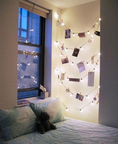 Guirnalda De Luces Con Fotografias Colgadas Rincon Del Dormitorio Decoraciones De Casa Decoracion De Unas