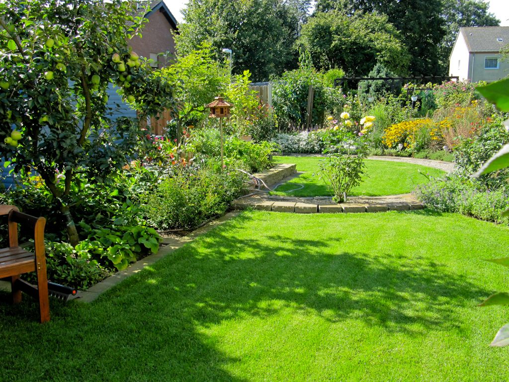 Holzterrasse kombiniert mit Naturstein Gartengestaltung durch ...