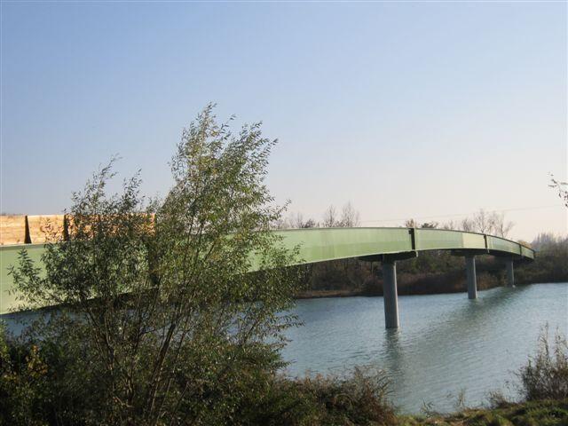 2011-10-octobre 2935-passerelle Passerelle piétons-vélos sur la Drôme entre La Voulte/Livron et Loriol/Le Pouzin (Drôme). Longueur : 185m.   Cette passerelle métallique mesure 185 mètres de longueur en cinq travées posées sur quatre piles enfoncées dans le lit du fleuve. 3,5 m de largeur et une hauteur libre, en son centre, de six mètres. Année de réalisation (ouverture) : 2012. Longueur : 185m x : 3,5m Coût : 2 110 000 € TTC