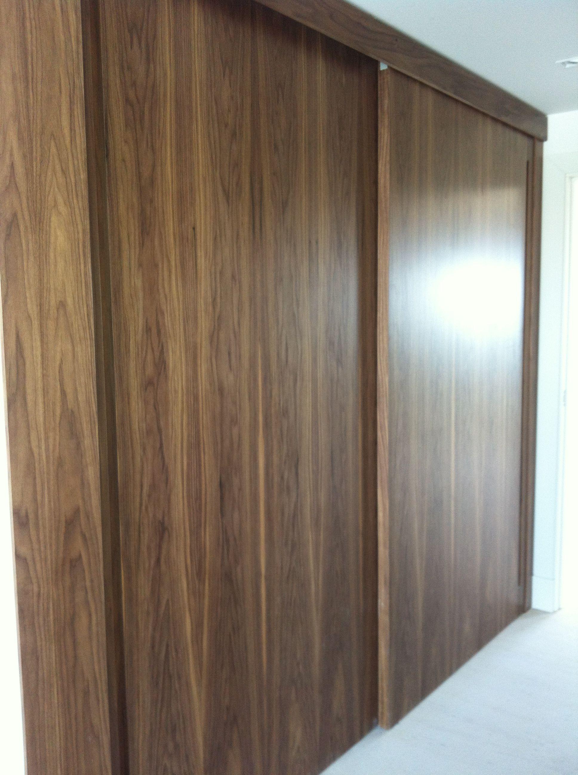 Frente de armario corredera en madera de nogal barnizado - Frente armario corredera ...