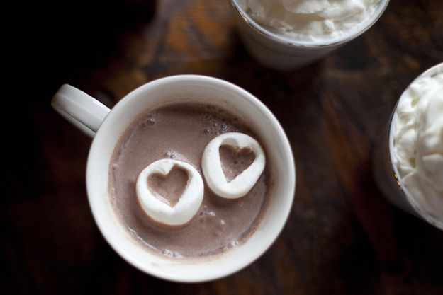 For added ~romance~, throw in some cutout heart marshmallows. | 42 Lovely Ideas For A Cold-Weather Wedding