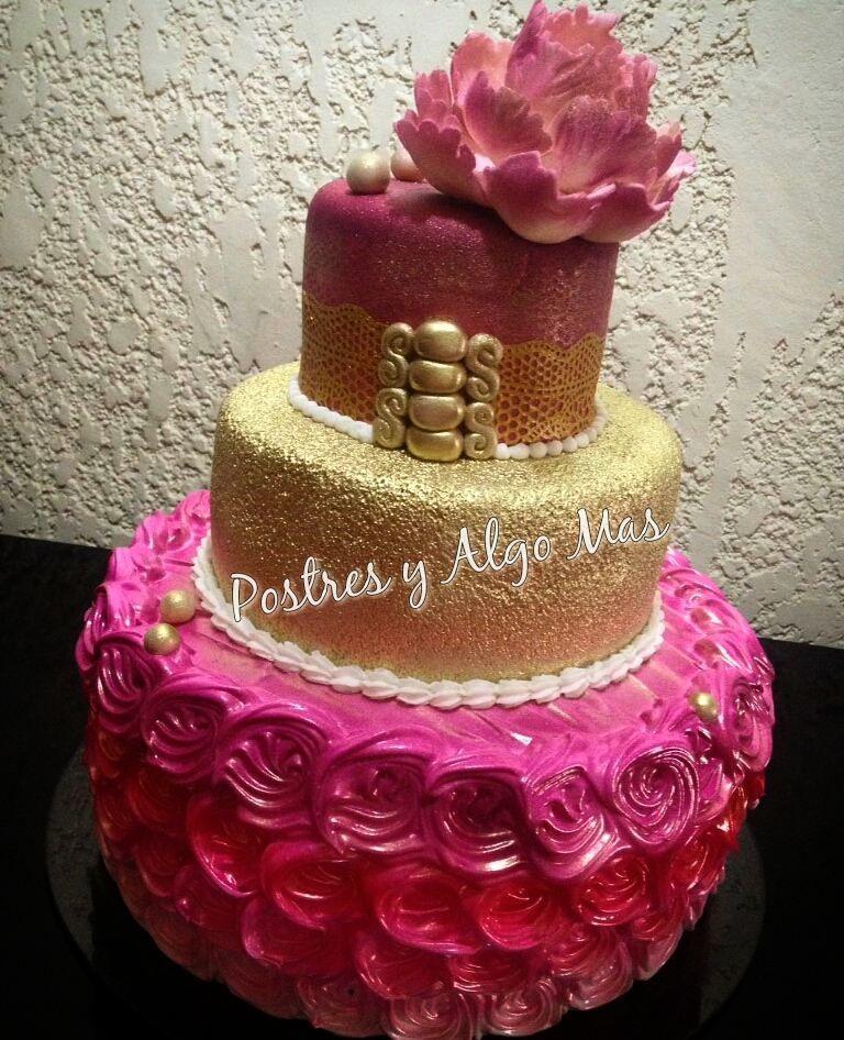 Te fascina el merengue?   pero también quieres lo elegante del fondant?  Puedes combinar la decoración de tu torta como quieras para celebrar esa ocasión especial: cumpleaños bautizo 15años baby shower...la decoramos a tu gusto!  #Tortadecorada #merengueitaliano #merengueyfondant #gold #Fondant #Merengue #cake  #CubiertaLaminada #cumpleaños #Bautizo #15años #Pastelería #Repostería #PostresyAlgoMas #Maracaibo #Venezuela Para presupuestos información o pedidos: Whatsapp: 0426-4650650…